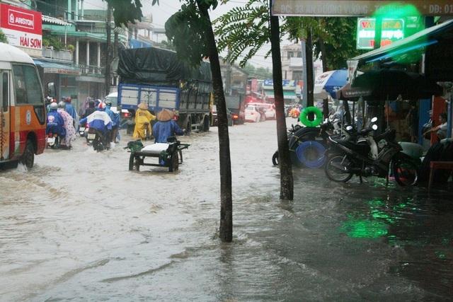 Nước chuẩn bị tràn vào một nhà dân bên quốc lộ