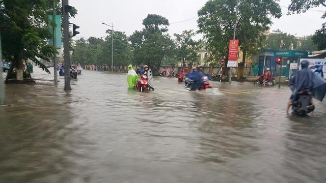 Nước ngập ở ngã tư Nguyễn Huệ - Lý Thường Kiệt