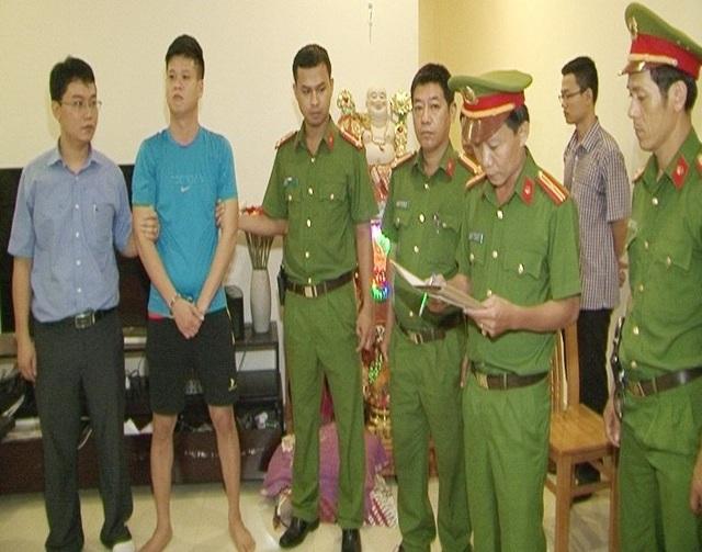 Đối tượng cầm đầu đường dây cá độ qua mạng cực lớn tại Huế: Hồ Công Nhật Quang (áo xanh) vừa bị bắt giữ