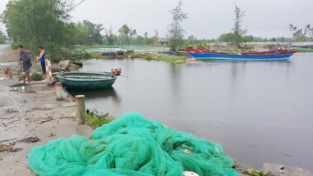 Các ngư lưới cụ, thuyền bè đã từ lâu xa biển làm đời sống người dân ở đây rất cực khổ vì có nhiều hộ sống dựa vào biển