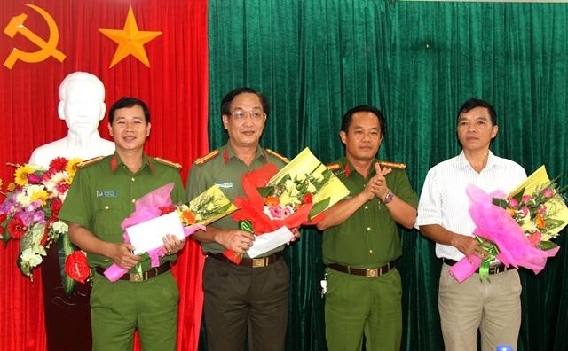Đại tá Đặng Ngọc Sơn, Phó Giám đốc Công an tỉnh Thừa Thiên Huế (thứ 2 từ phải qua) trao thưởng nóng các đơn vị phá án vụ cá độ bóng đá qua mạng 200 tỉ đồng (ảnh: QH)