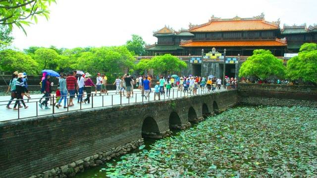 Ngọ Môn dẫn vào Hoàng cung Huế nơi từng có những vườn Thượng uyển một thời vang bóng