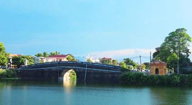 Đoạn sông Ngự Hà đi qua cầu đá Khánh Ninh ở phía giữa Hoàng thành Huế
