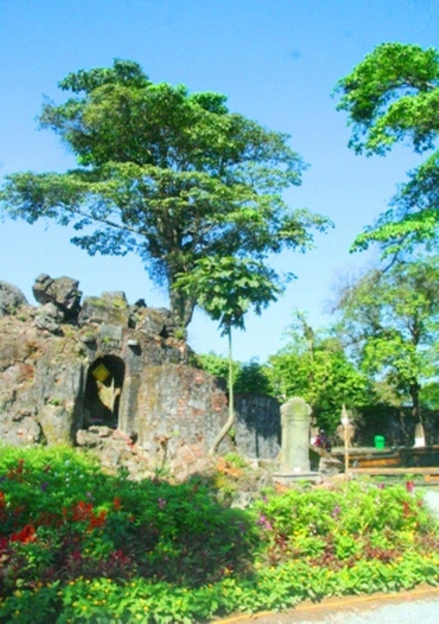 Những nơi xưa chốn cũ ở đây như cầu Kim Nghê, động Phước Duyên, núi Thọ An được chỉnh trang một phần và hòa vào không gian đầy hoa lá quyến rũ