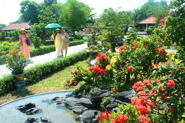 Nhiều tiểu cảnh, hòn non bộ đan xen hoa thơm cỏ lạ 3 miền làm cho vườn Cơ Hạ trở nên một nơi đáng phải xem khi du khách vào thăm Đại Nội Huế