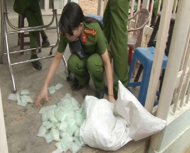 Các gói hóa chất ghi bằng chữ Trung Quốc dùng để ngâm đỗ xanh