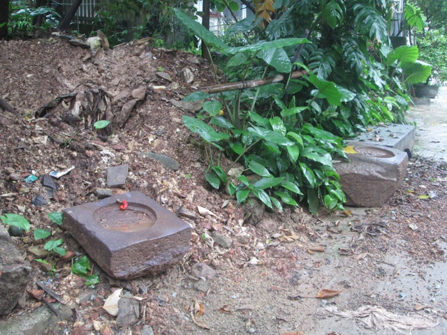 Những hòn đá táng mà nhà nghiên cứu Nguyễn Đắc Xuân cho là dấu vết xưa cung điện Đan Dương của Hoàng đế Quang Trung