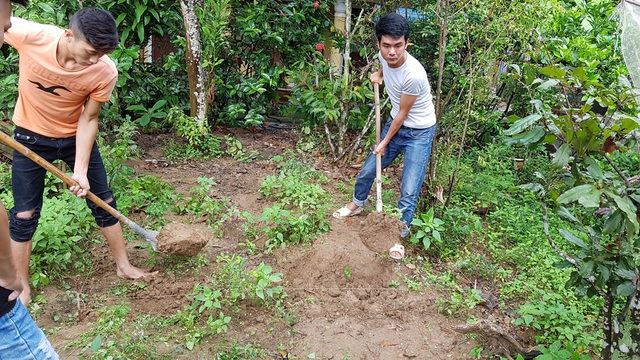 Việc đào bới được tiến hành cẩn thận