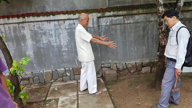 Hố thứ 3 được đào tại sân vườn trước nhà ông Nguyễn Hữu Oánh (mặc quần áo trắng)