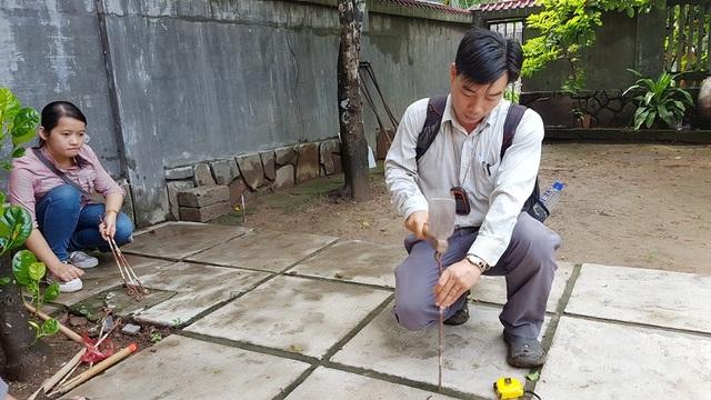 Cán bộ tổ bộ môn Nhân học – Khảo cổ - Văn hóa Du lịch, Khoa Lịch sử trường Đại học Khoa học Huế tiến hành cắm mốc ở hố thứ 3 nằm sát chùa Thuyền Lâm