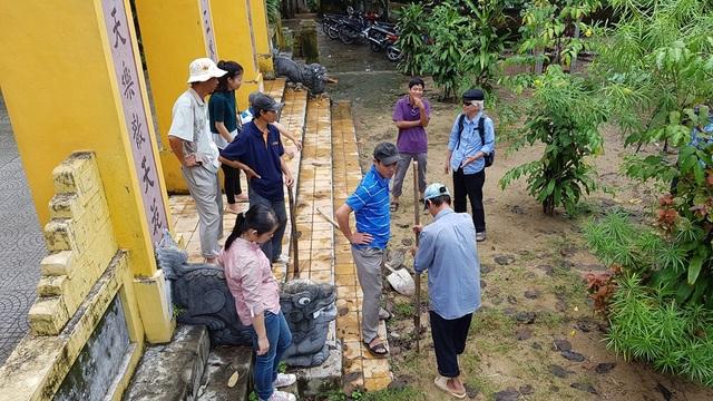 Tiến hành đào hố thứ 2 trước sân chùa Vạn Phước