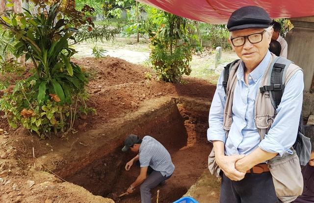 Nhà nghiên cứu Nguyễn Đắc Xuân bên hố khảo cổ của Viện Khảo cổ học đang tiến hành tìm dấu tích triều Tây Sơn và lăng mộ vua Quang Trung tại gò Dương Xuân, phường Trường An, TP Huế ngày 9/10/2016.