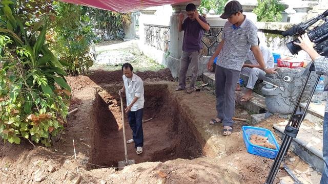 Việc đào hố được tiến hành cẩn thận