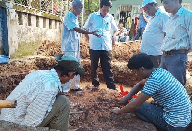 Ông Phan Tiến Dũng, Giám đốc Sở Văn hóa & Thể thao tỉnh Thừa Thiên Huế (đứng, thứ 2 từ trái qua) cùng PGS.TS. Bùi Văn Liêm, Phó Viện trưởng Viện Khảo cổ học (đứng, thứ 2 từ phải qua) xem xét dấu tích nền đá cổ