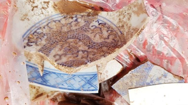 Các hiện vật bằng sứ như các chén, dĩa cổ ở hố thám sát số 1 sân sau chùa Vạn Phước