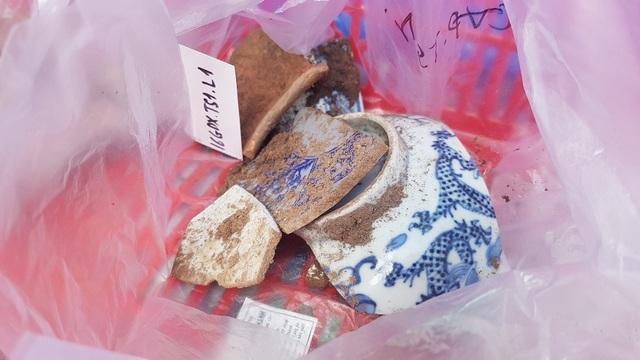 Phát hiện thêm nồi đất, dĩa đất, gạch cổ tại hố thám sát tìm dấu tích vua Quang Trung - 11