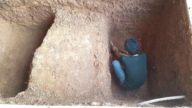Dấu vết lớp đất lạ nghi cát vàng pha sỏi trắng tạo thành một đoạn dài ở hố khảo cổ số 3 nhà ông Nguyễn Hữu Oánh