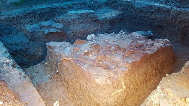Dấu vết của nền đá và các lớp đá xếp ngay ngắn nghi là 1 công trình kiến trúc tại hố khảo cổ số 5 cuối cùng
