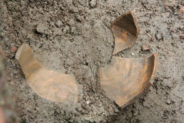 Phát hiện thêm nồi đất, dĩa đất, gạch cổ tại hố thám sát tìm dấu tích vua Quang Trung - 8