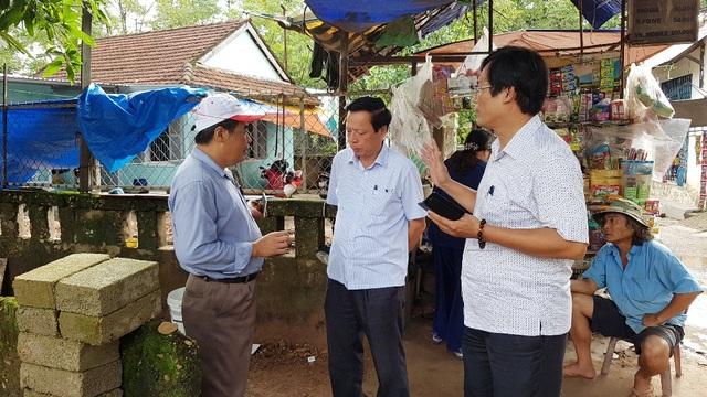 PGS.TS. Bùi Văn Liêm, Phó Viện trưởng Viện Khảo cổ học (trái) trò chuyện cùng ông Phan Tiến Dũng, Giám đốc Sở Văn hóa & Thể thao tỉnh (giữa) và ông Cao Huy Hùng, Giám đốc Bảo tàng Lịch sử tỉnh Thừa Thiên Huế