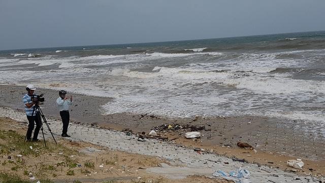 Các báo tác nghiệp trước những con sóng bắt đầu lớn ở Phú Thuận