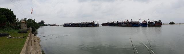 Khu neo đậu tàu thuyền xã Phú Thuận có 36 chiếc về trú bão an toàn, 16 chiếc còn lại đang neo đậu tại khu trú bão xã Phú Hải