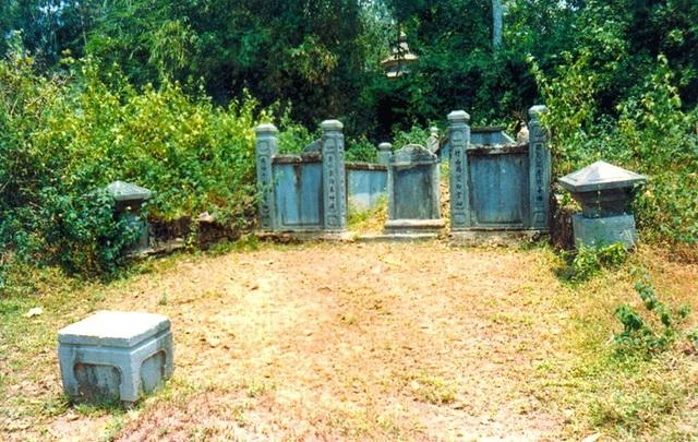 Hai đầu trụ đá hình chóp nón và một ghế đá cổ ở trước lăng thân mẫu Thượng thư bộ Binh Phạm Liệu