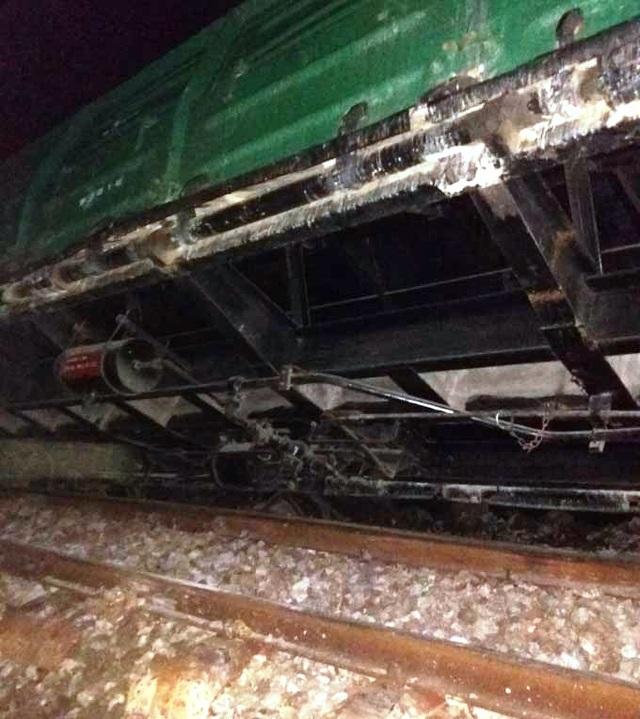 Một toa tàu bị lật khỏi đường ray
