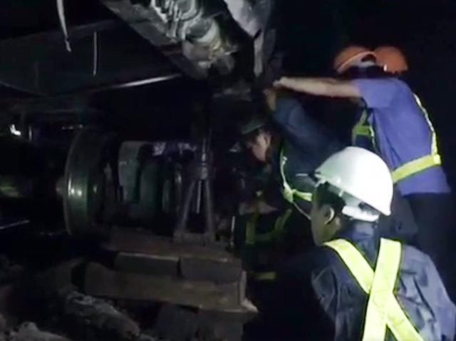 Lực lượng công nhân đang tích cực cứu hộ đoàn tàu.