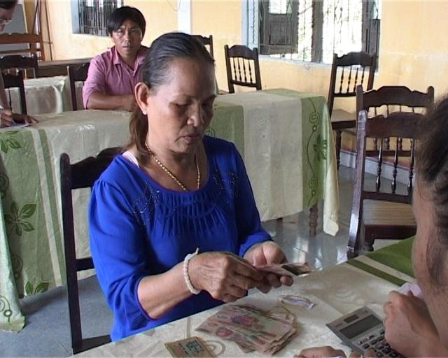 Bà con ngư dân Phú Lộc đếm tiền bồi thường tại trụ sở ủy ban xã chiều 21/10