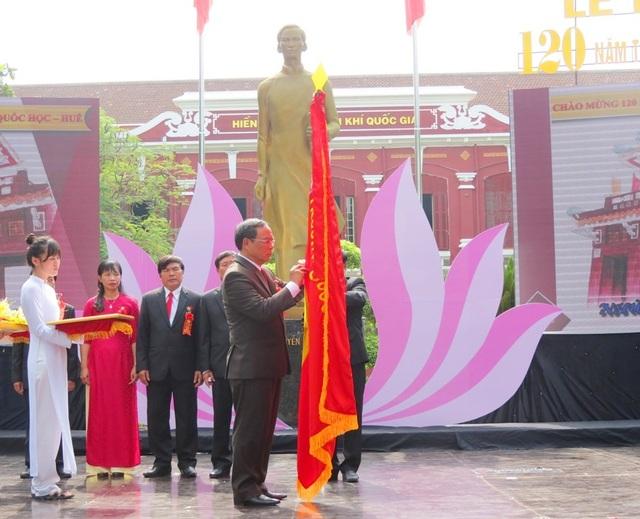 Ông Nguyễn Văn Cao, Chủ tịch UBND tỉnh Thừa Thiên Huế thừa ủy quyền Chủ tịch nước gắn Huân chương Lao động hạng Nhất cho trường THPT chuyên Quốc Học Huế