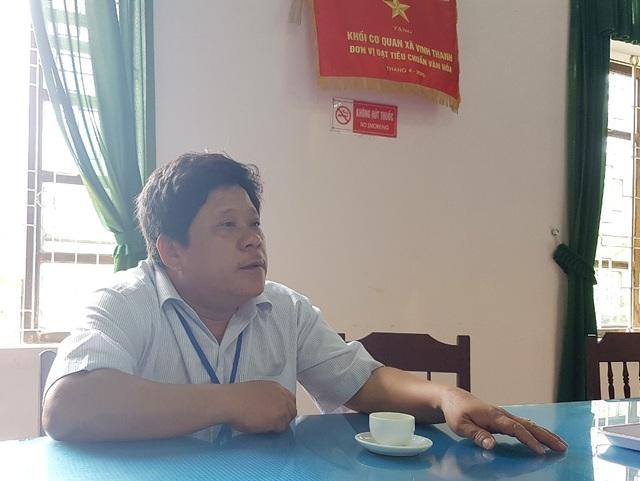 Ông Đỗ Thanh Sơn, Bí thư đảng ủy xã Vinh Thanh cho hay qua tường thuật của ông Anh, thì trưởng công an xã đã vung gậy trúng mặt làm sập cầu mũi ông Thoại