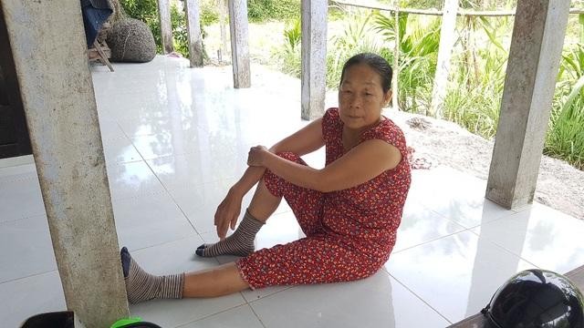 Bà Lụa, mẹ ông Thoại buồn bã việc con bị trọng thương do trưởng công an xã.