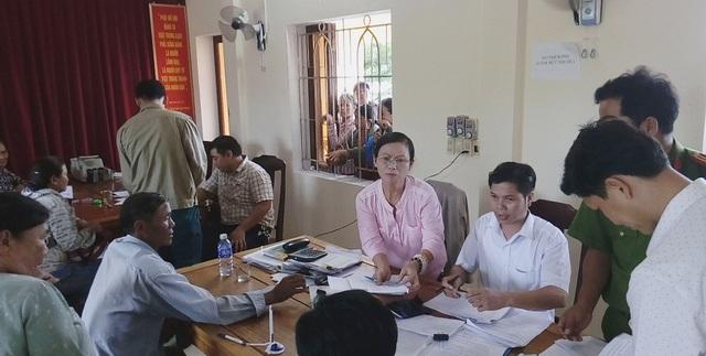 Chi trả tiền cho người dân ở xã Quảng Công, huyện Quảng Điền