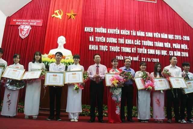Khen thưởng các thủ khoa Đại học Huế