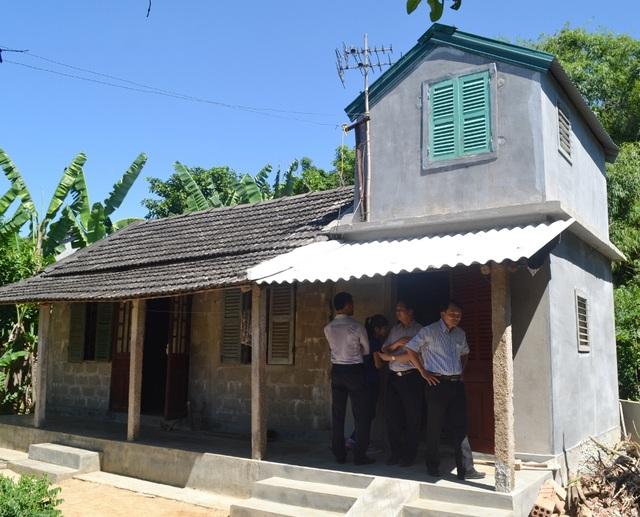 1 nhà phòng chống bão lụt nhỏ được làm thêm sát nhà cũ