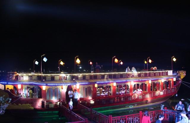 Ngự thuyền Long Quan - Emperor Dragon Boat vừa được đưa vào sử dụng đón khách ban đêm
