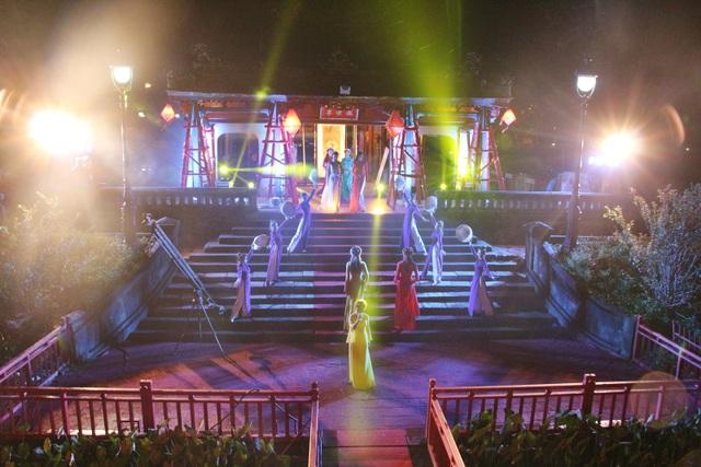 Du khách có thể ngồi ở tầng hai và theo dõi các màn biểu diễn nghệ thuật ngay tại bến Nghinh Lương Đình