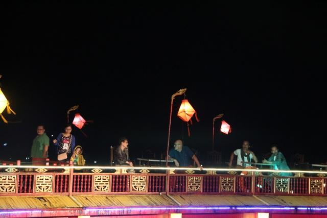 Tầng hai của thuyền là nơi lý tưởng để thưởng ngoạn Huế đêm trên dòng Hương.