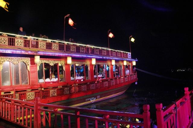 Ngự thuyền cung đình lung linh trong đêm