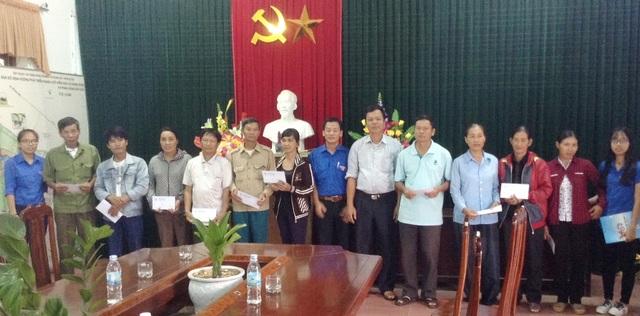 Những phần quà do 4.800 sinh viên trường quyên góp được trao tận tay đến bà con vùng lũ Quảng Bình