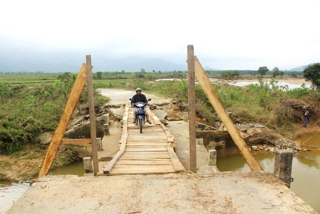 Người dân đi lại qua cầu tạm, chấm dứt chia cắt trong những ngày lụt bão vừa qua