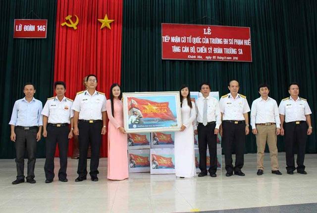 Đại diện trường Đại hoc Sư phạm Huế trao 3.500 lá cờ Tổ quốc cho Trường Sa
