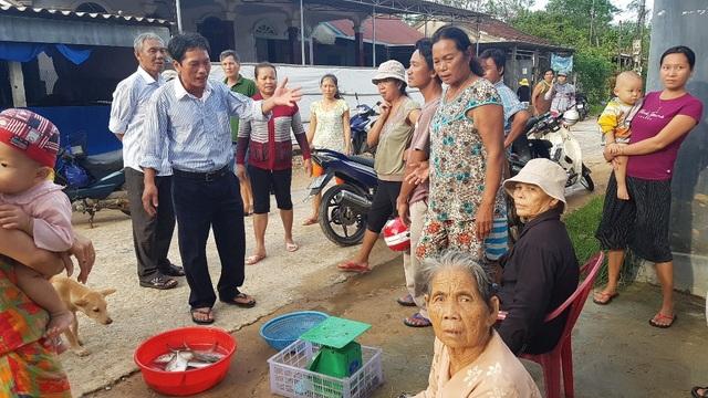 Người dân đem cá ra bán với giá rẻ