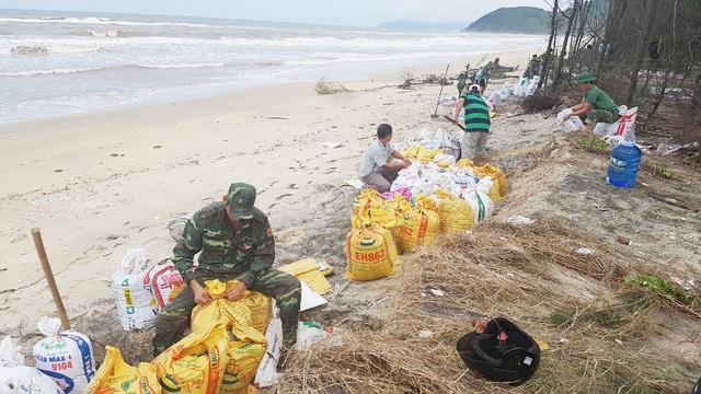 Bộ đội giúp dân gia cố các điểm sạt lở nặng trên bờ biển qua 3 thôn xã Vinh Hải