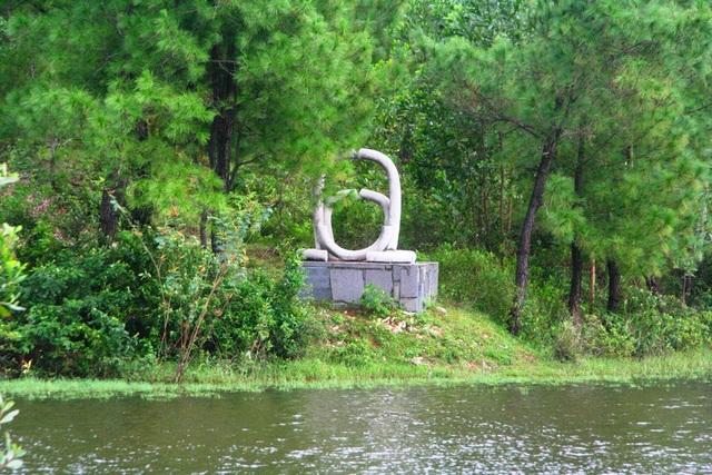 1 tượng điêu khắc quốc tế nằm chơ vơ tại khu du lịch Hồ Thủy Tiên