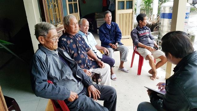 Người dân xã Hải Hòa bức xúc trao đổi với PV