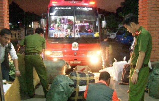 Công an thành phố Huế bắt giữ hơn 300kg thịt chó hôi thối trên xe khách