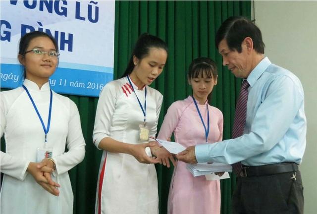 PGS.TS.Nguyễn Thám, Hiệu trưởng Đại học Sư phạm Huế trao quà giúp đỡ cho sinh viên vùng lũ