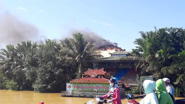 Quán cà phê Nón bốc cháy vào gần 14h chiều nay.